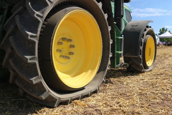 Tractor Wheels Concept : Mitas introduces pneutrac tire concept farm